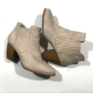 Qupid light tan heel booties size 8